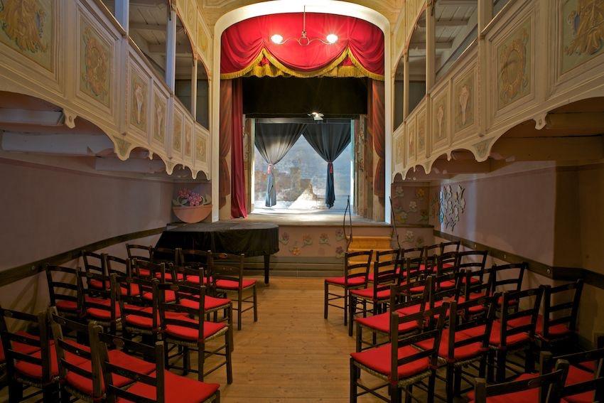 Il teatrino di Vetriano. Il teatro più piccolo al mondo era un fienile.