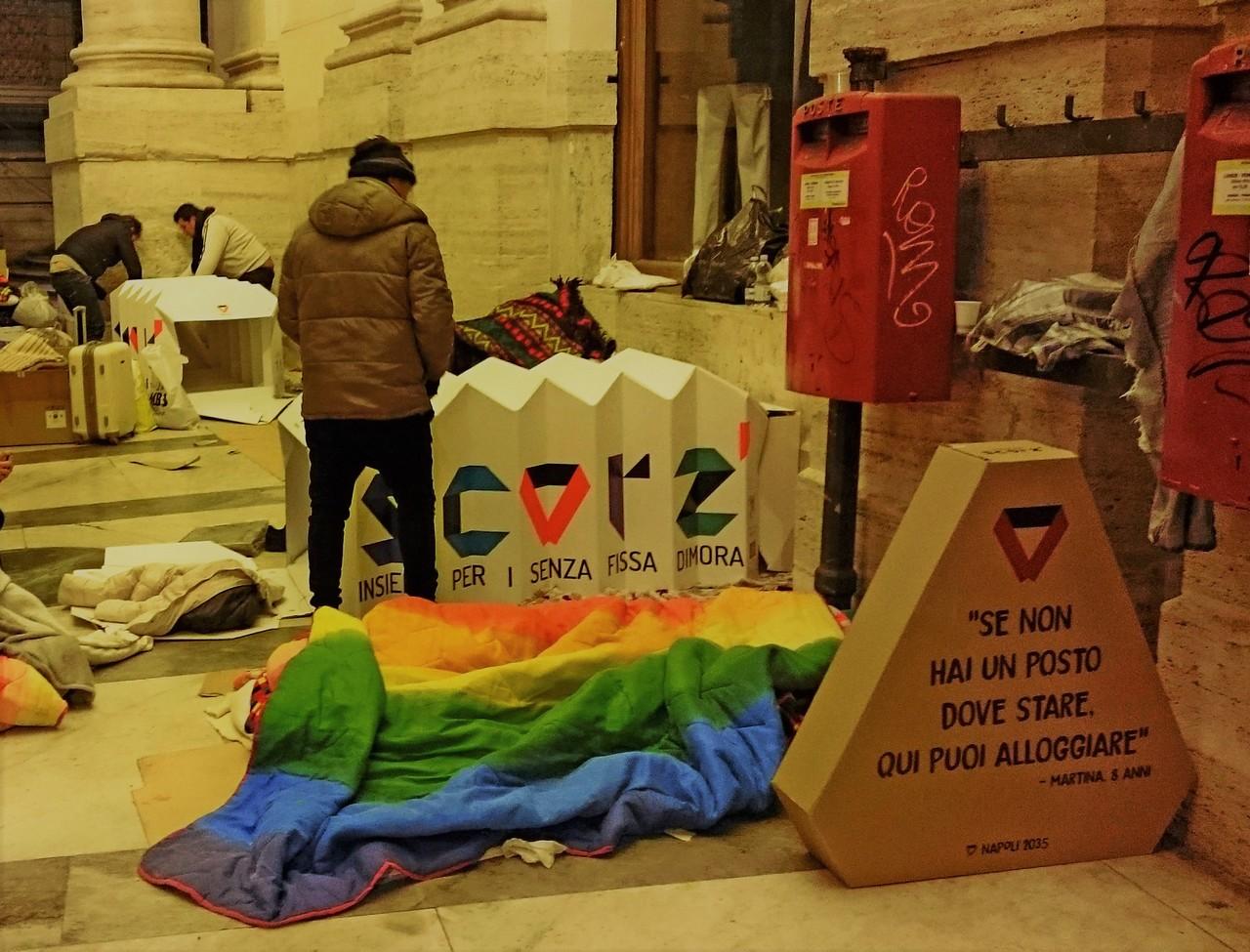Per tetto, una Scorz' di cartone, e tanta solidarietà