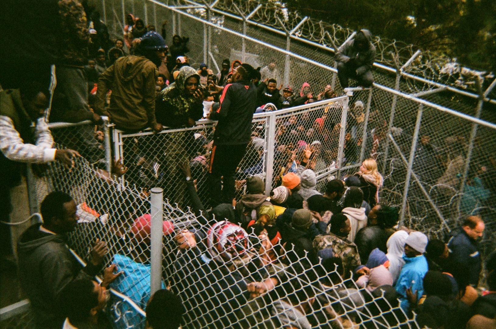 A Torino un progetto fotografico racconta dall'interno il campo profughi di Samos