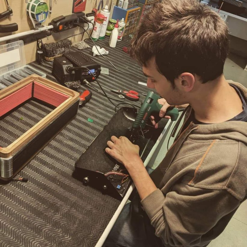 Mattia Ducoli al lavoro su una fisarmonica