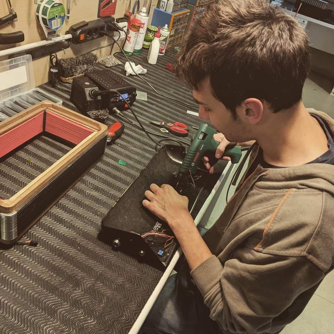 Dall'ufficio alla riparazione delle fisarmoniche, la storia di Mattia Ducoli