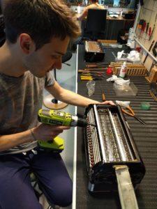 Mattia Ducoli al lavoro nel suo laboratorio