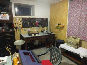 Il laboratorio di riparazioni di Esine (Brescia)