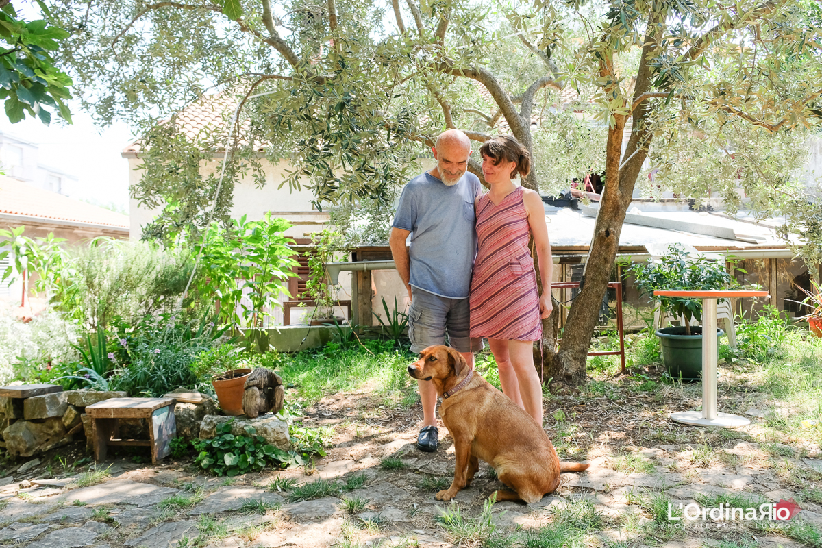 Dedè, Majo e Tara nel giardino della casa - foto Marco Ciccolella/NESSUNO[press]