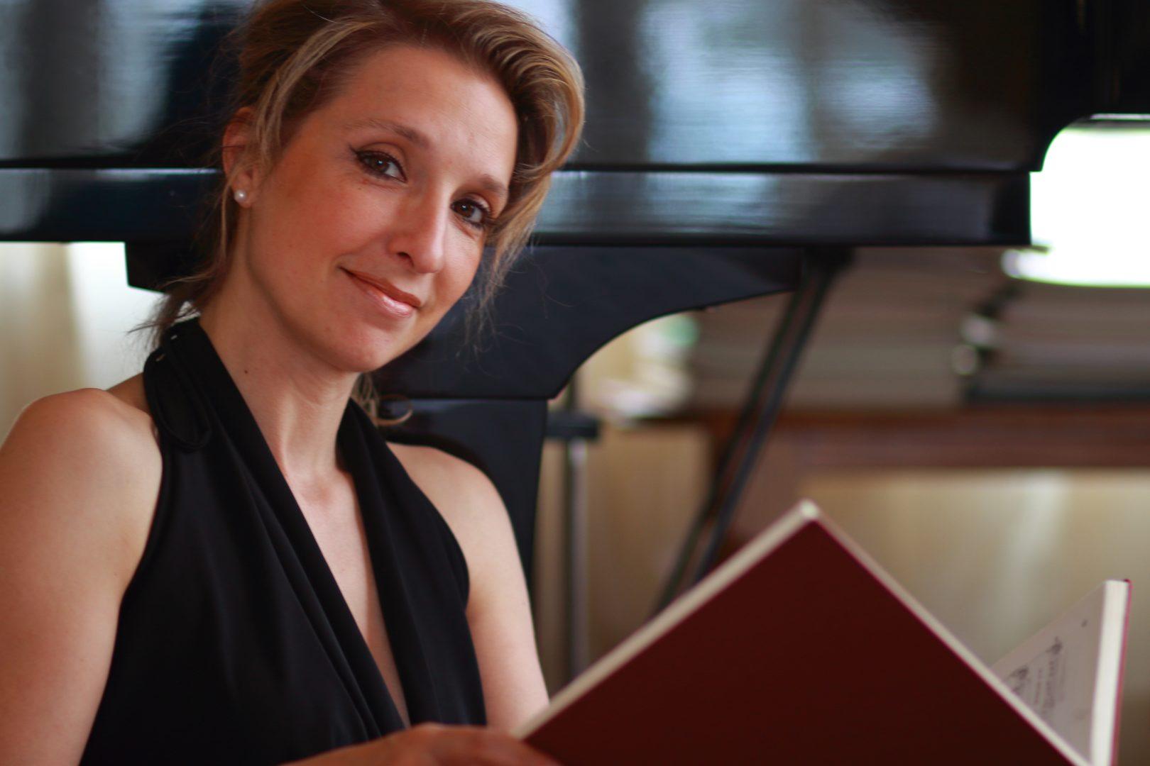 Paola Massoni, la Soprano-cantautrice-scrittrice che spinge l'arte oltre i confini