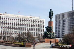 La statua di Lenin con il Minstero dell'Interno