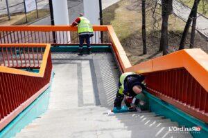 Lavoratori dipingono le ringhiere per la nuova stagione
